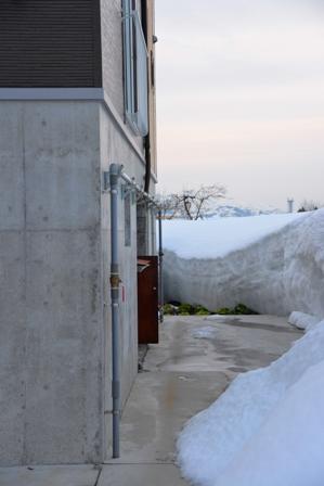 自然落雪屋根の落ちた雪を井戸水で消すと・・・_a0128408_182473.jpg