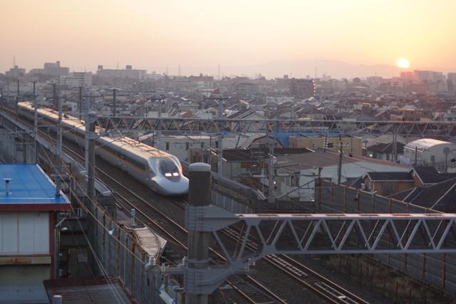 絶景かな!!朝日に向かって走る新幹線_d0181492_12574155.jpg