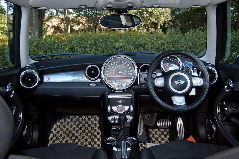 09y MINI Cooper S 6AT カスタム装備多数!入庫しました!_c0317377_20525778.jpg