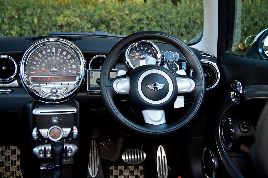 09y MINI Cooper S 6AT カスタム装備多数!入庫しました!_c0317377_20552645.jpg