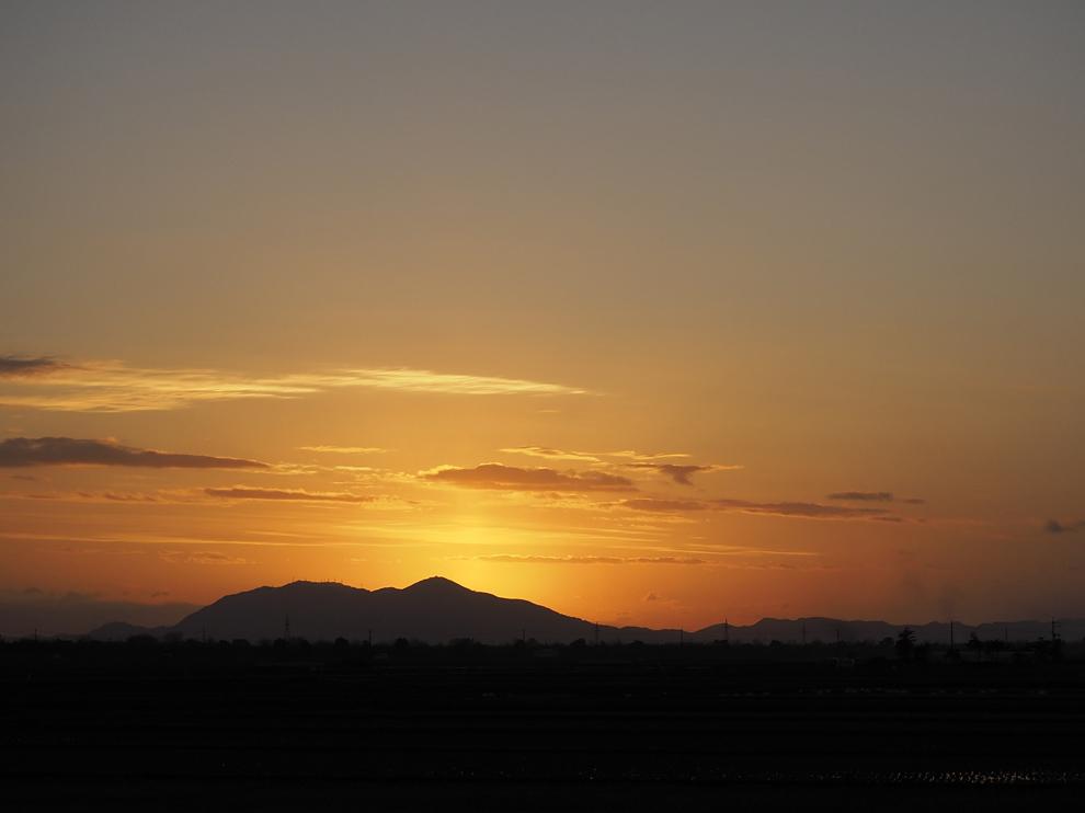 弥彦山に落ちる夕日_e0214470_20492123.jpg