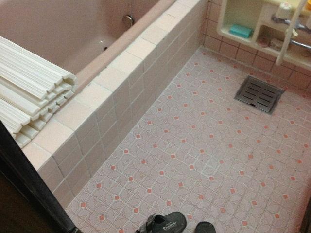 浴室タイルとクロス施工_f0031037_19385797.jpg