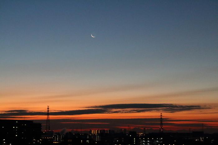 朝焼けと細い細いお月様~☆_d0152261_18105845.jpg
