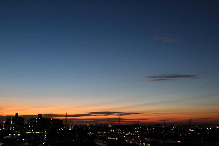 朝焼けと細い細いお月様~☆_d0152261_18115370.jpg