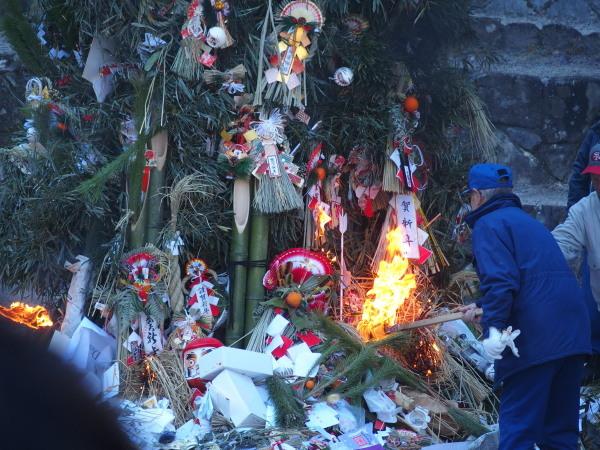 【どんと焼きとは】新年に出迎えた歳神様を正月飾りを焼く事によって炎と共に見送る風習