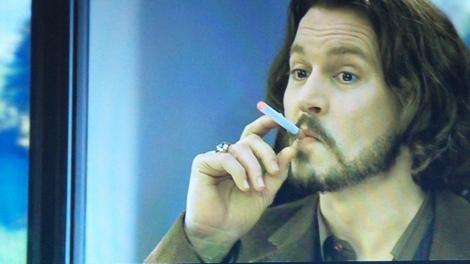 電子タバコを吸うジョニー・デップ