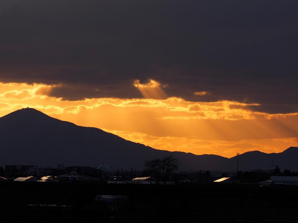 弥彦山に落ちる夕日 Ⅱ_e0214470_20145977.jpg