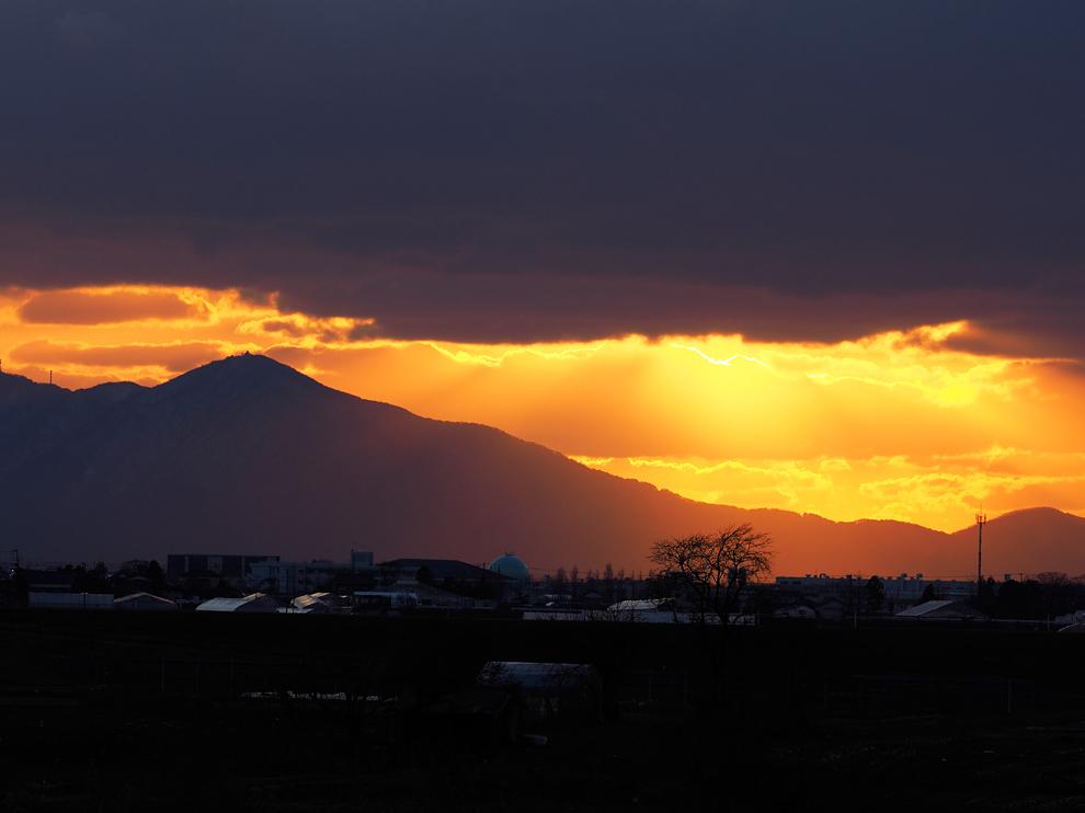 弥彦山に落ちる夕日 Ⅱ_e0214470_20150882.jpg