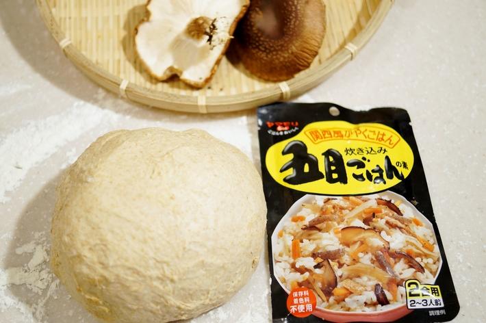 自家製麹酵母パン【五目ご飯の素と自家栽培椎茸を巻き込みました^^】_b0033423_16493066.jpg