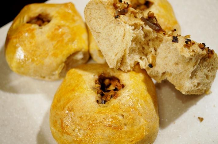 自家製麹酵母パン【五目ご飯の素と自家栽培椎茸を巻き込みました^^】_b0033423_16562132.jpg