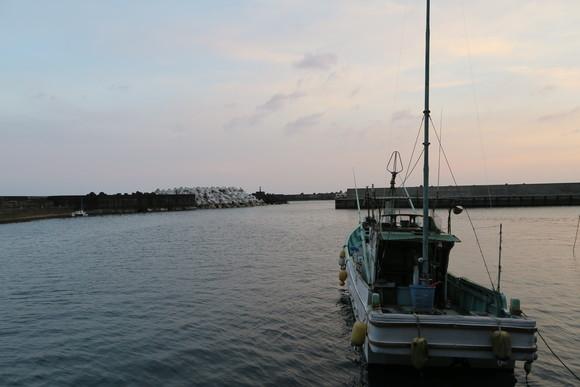 暮れゆく漁港_e0292172_20333965.jpg