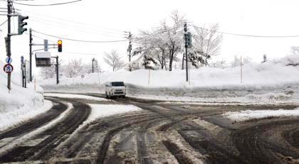 雪国の一月から二月にかけては毎年こんな感じなんですけどね〜_b0194185_23112114.jpg