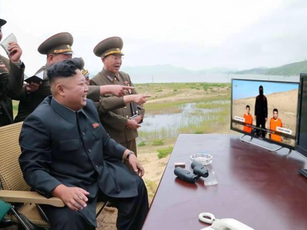 ジョーク:北朝鮮の「無慈悲なチャーハン」4:「コンロを火の海にする前にISISコラを見て休憩中だ!」_e0171614_16352728.jpg