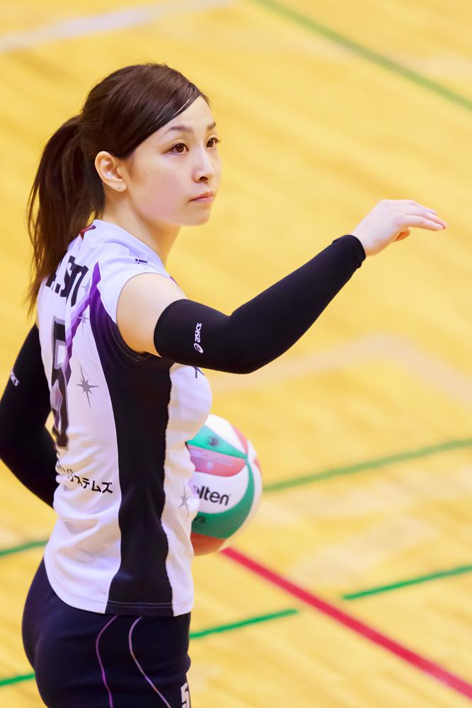 ボールを手にするかわいい佐藤あり紗