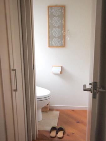 トイレの床に物を置かない!_a0335560_18112386.jpg
