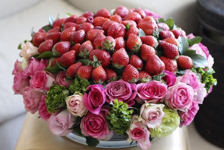 苺とローズの贅沢フラワーアレンジメント♪_d0113182_15284152.jpg
