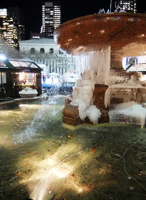 まるで氷のアート作品みたいなブライアント・パークの噴水_b0007805_23485168.jpg