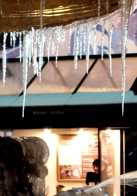 まるで氷のアート作品みたいなブライアント・パークの噴水_b0007805_23532031.jpg