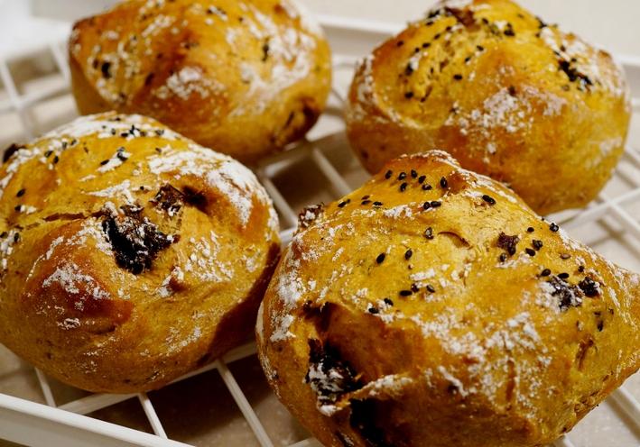 【自家製全粒粉のパン 焼きトマト/レーズン入りで黒ゴマトッピングです】_b0033423_1719017.jpg