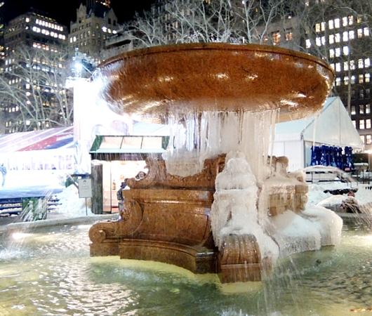 まるで氷のアート作品みたいなブライアント・パークの噴水_b0007805_072620.jpg