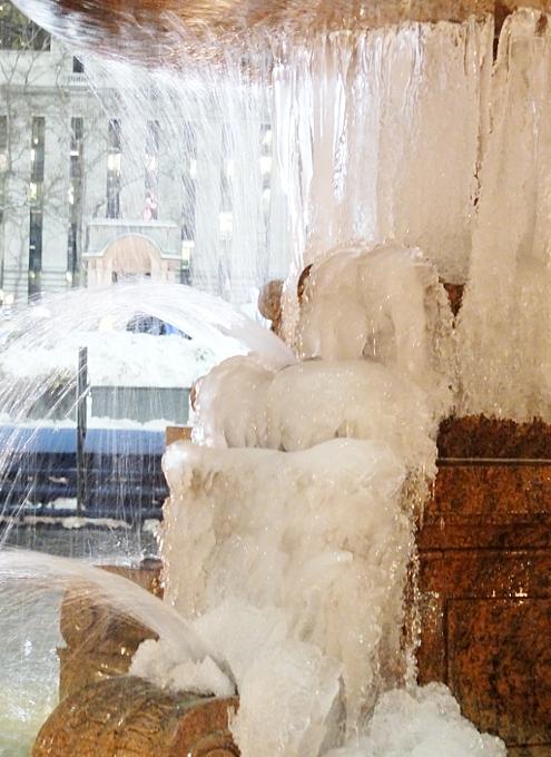 まるで氷のアート作品みたいなブライアント・パークの噴水_b0007805_08351.jpg