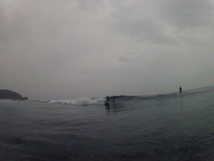 小波と小雨の朝_a0337419_21315865.jpg