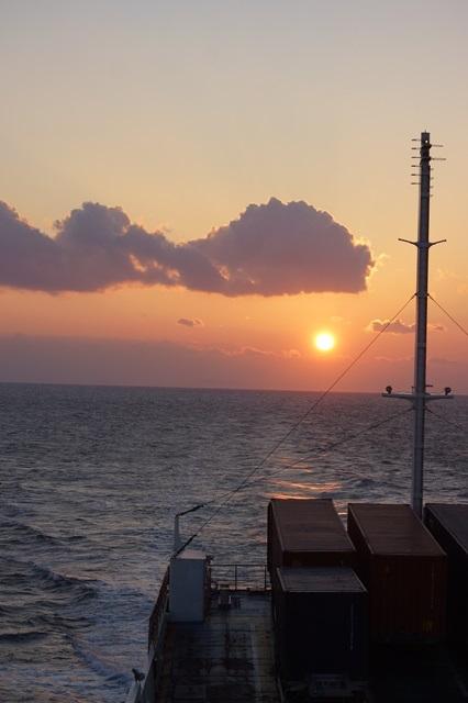 藤田八束:ジャンボフェリーの素敵な旅、高松から神戸へ航海瀬戸の夕日_d0181492_2257872.jpg