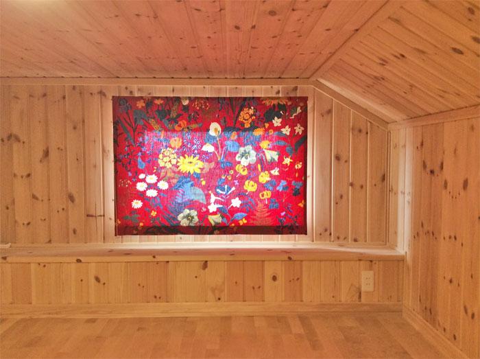 【北欧カーテン】極上の居住空間:ヨブスの手染めテキスタイルに囲まれて_a0160631_18273420.jpg