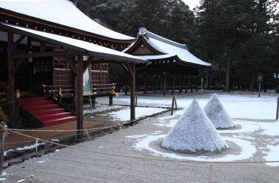 また雪です 上賀茂神社_e0048413_13572372.jpg