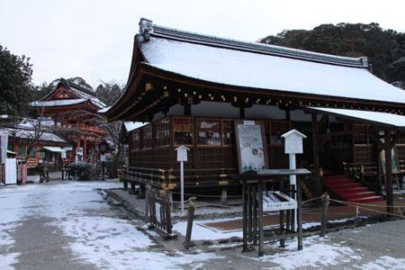 また雪です 上賀茂神社_e0048413_13573433.jpg