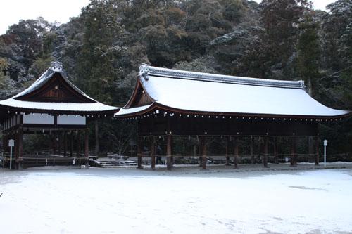 また雪です 上賀茂神社_e0048413_13574482.jpg
