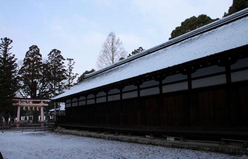 また雪です 上賀茂神社_e0048413_13575267.jpg