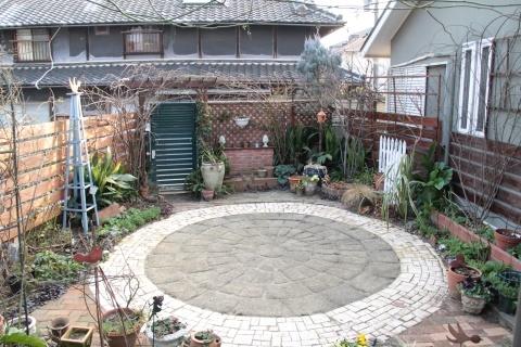 ◆裏庭のタイル完成!_e0154682_22482766.jpg