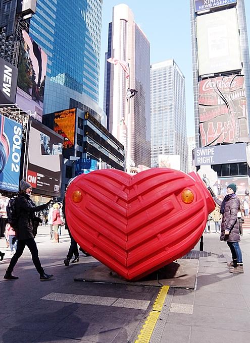 NYのタイムズ・スクエアの愛をテーマにしたアート作品まとめ_b0007805_19424428.jpg