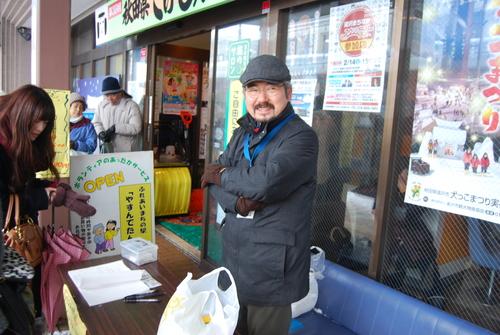 本会上に行く前に腹ごしらえ石秀庵にもよく来てくれる真光さんが蕎麦を作り金... カラー雪像と犬っ