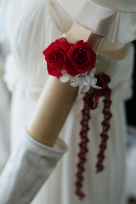 アームレットとプリザーブドブーケ 真紅のドレスに白のバラで ホテル日航東京様へ_a0042928_17495386.jpg