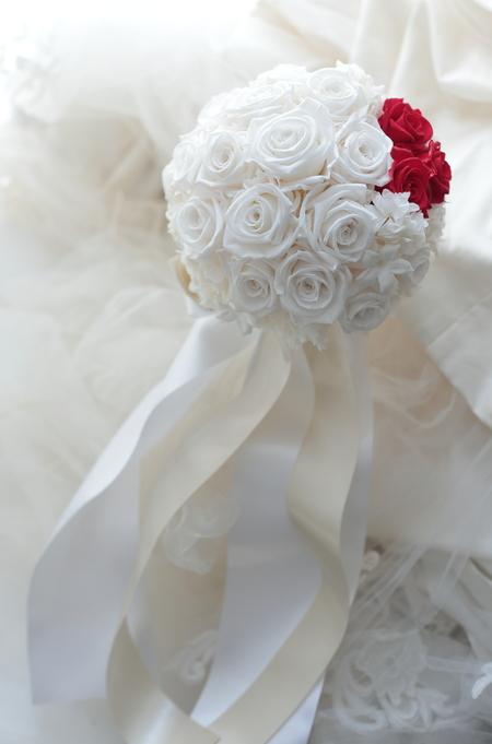 アームレットとプリザーブドブーケ 真紅のドレスに白のバラで ホテル日航東京様へ_a0042928_17503742.jpg