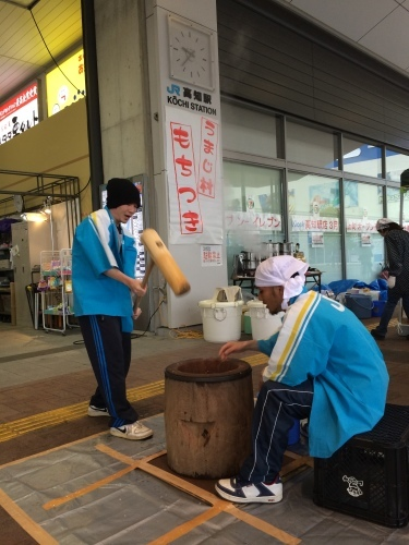 高知駅で餅つき_e0101917_09144722.jpg