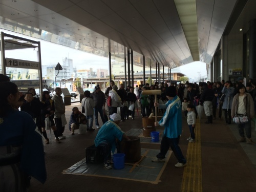 高知駅で餅つき_e0101917_09154342.jpg