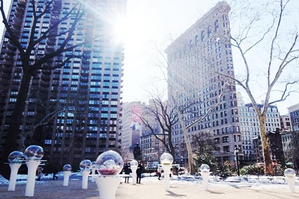 NYの公園にガラスの球体パブリック・アート作品 Gazing Globes_b0007805_1231977.jpg