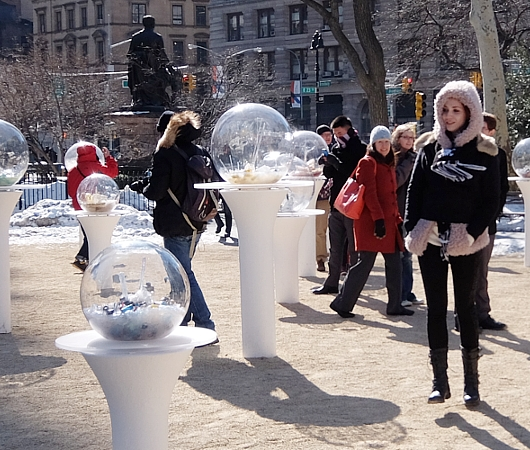 NYの公園にガラスの球体パブリック・アート作品 Gazing Globes_b0007805_1262680.jpg