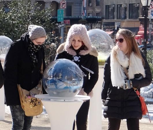 NYの公園にガラスの球体パブリック・アート作品 Gazing Globes_b0007805_1264236.jpg