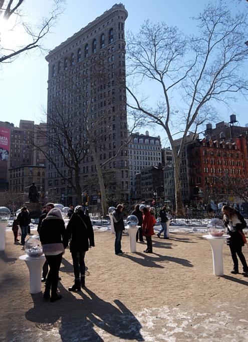 NYの公園にガラスの球体パブリック・アート作品 Gazing Globes_b0007805_127469.jpg