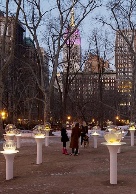 NYの公園にガラスの球体パブリック・アート作品 Gazing Globes_b0007805_1371671.jpg