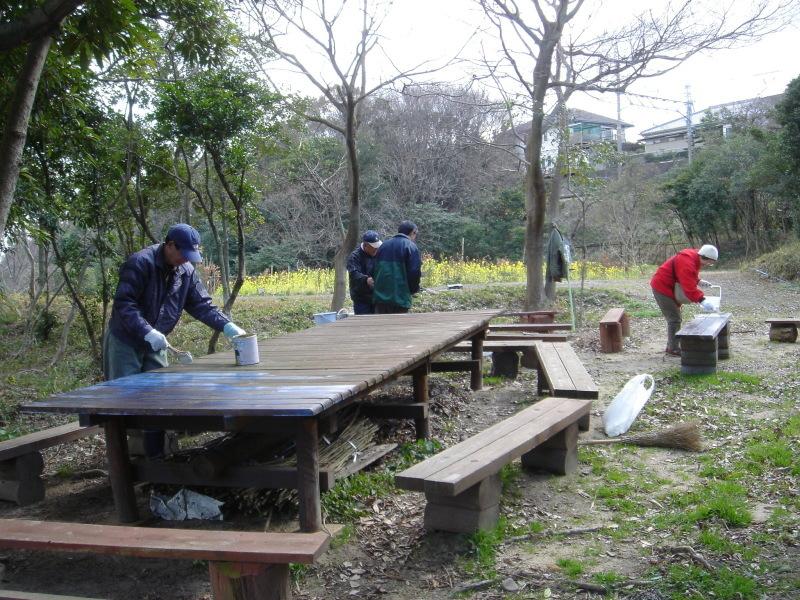 テーブル&ベンチの防腐剤塗付   in  うみべの森_c0108460_00112082.jpg