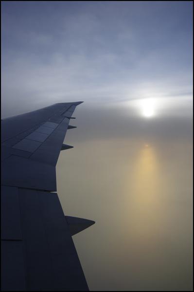 飛行機に乗るとき、窓側?通路側?_b0019313_1755636.jpg