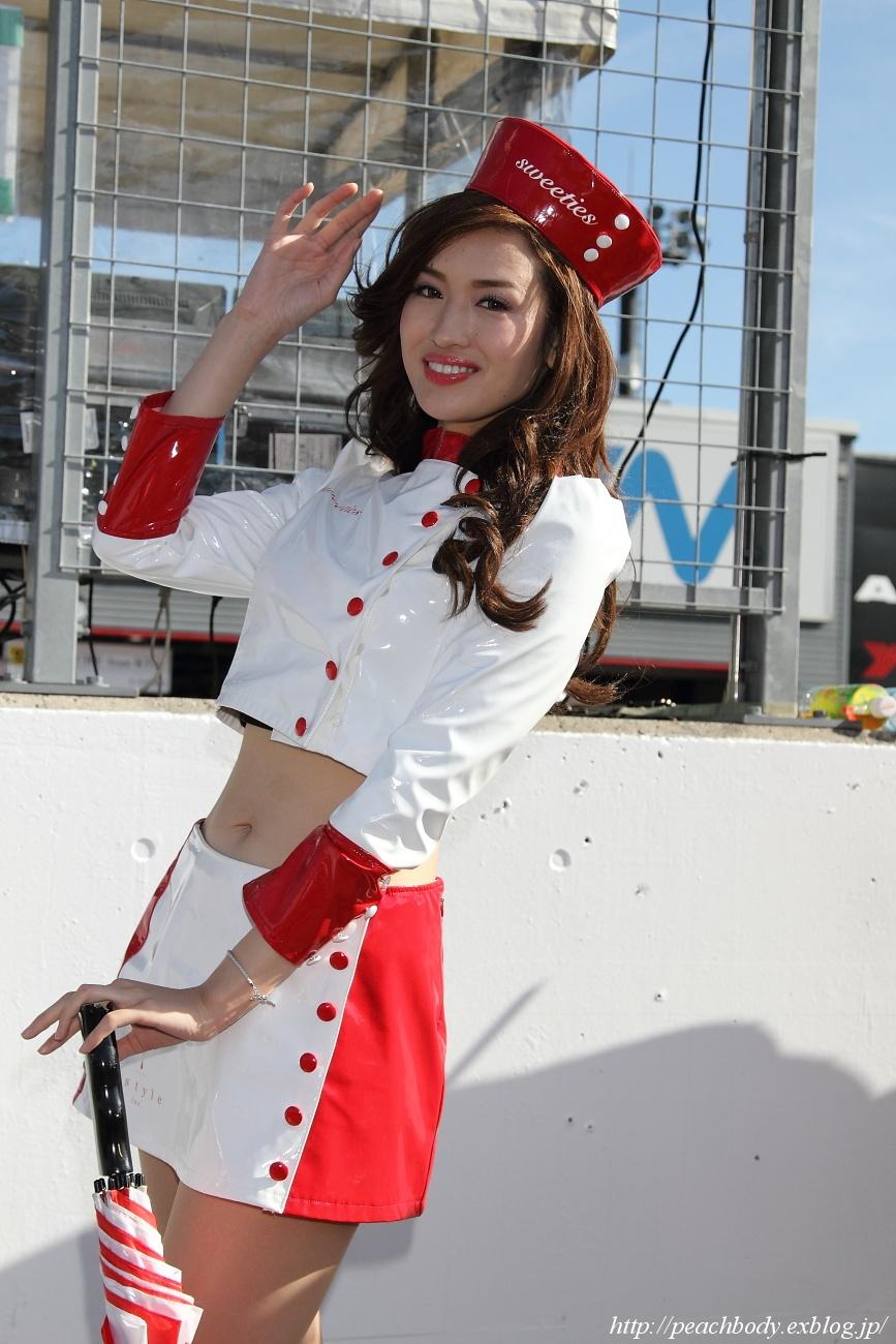 赤い帽子が特徴のレースクイーン