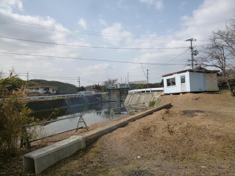 土砂が流れ出した護岸の補修工事が始まる。_c0326333_07405973.jpg