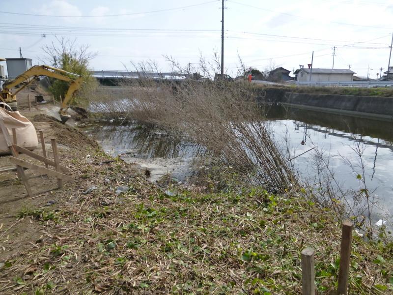 土砂が流れ出した護岸の補修工事が始まる。_c0326333_07411464.jpg