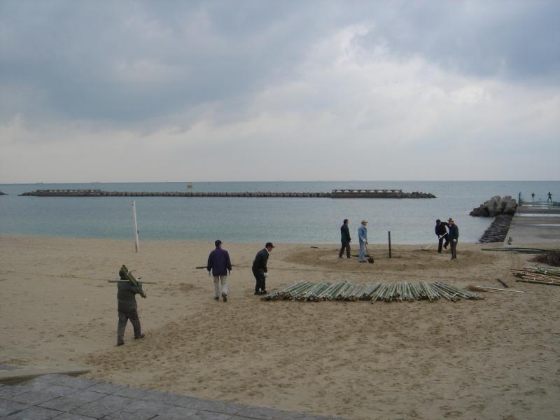 「とんど」組立・・・せんなん里海公園淡輪海水浴場_c0108460_22322880.jpg